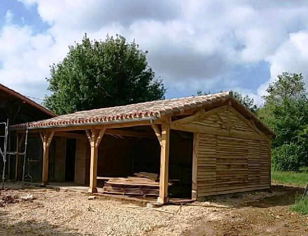 bardage chataignier, charpente bois massif, rénovation grange, préau bois